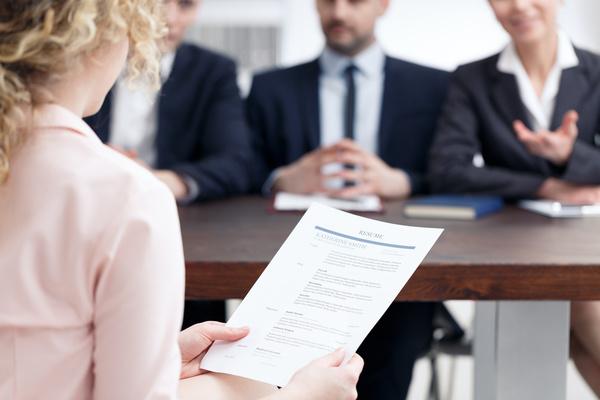 Cách trả lời 3 câu hỏi tuyển dụng cơ bản: Giới thiệu bản thân? Điểm mạnh, điểm yếu? Bạn muốn hỏi gì thêm không? - ảnh 1