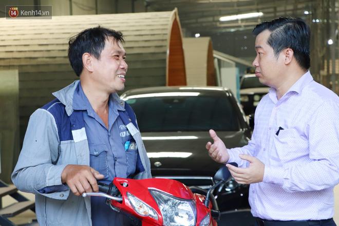 Chạy xe máy quẹt vào Mercedes, người đàn ông bất ngờ khi chủ xe không bắt đền còn tặng chiếc xe mới vì cách hành xử đẹp - ảnh 1