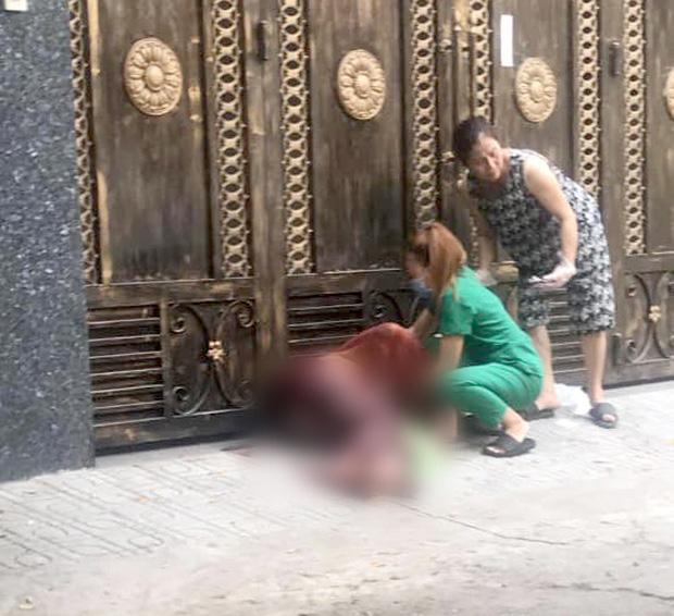 Kinh hoàng clip gã thanh niên dùng dao đâm túi bụi bạn gái, sau đó bị đúng con dao găm trúng người tử vong - Ảnh 2.
