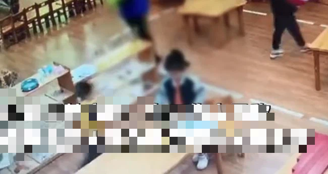 Con gái 4 tuổi nói Mẹ ơi, con không muốn uống súp nữa, người mẹ kiểm tra camera thì phát hiện sự thực ở trường khiến ai nấy đều bức xúc - Ảnh 2.