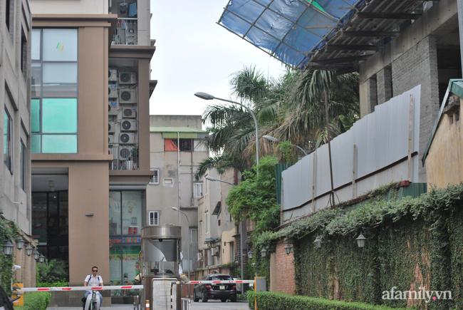 Hà Nội: Cục bê tông rơi từ tòa nhà đang xây dựng phang vỡ bốt bảo vệ khu chung cư bên cạnh, suýt trúng đầu cư dân - ảnh 2
