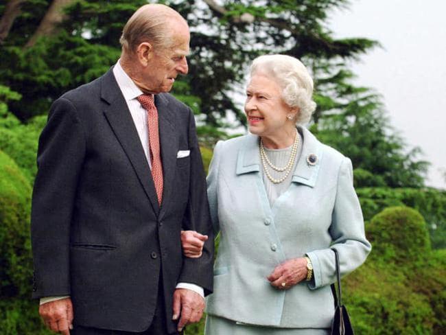 """Con dâu xúc động chia sẻ về giây phút Hoàng thân Philip trút hơi thở cuối cùng, Nữ hoàng Anh lần đầu thừa nhận nỗi đau mất """"bạn đời 73 năm"""" - ảnh 1"""