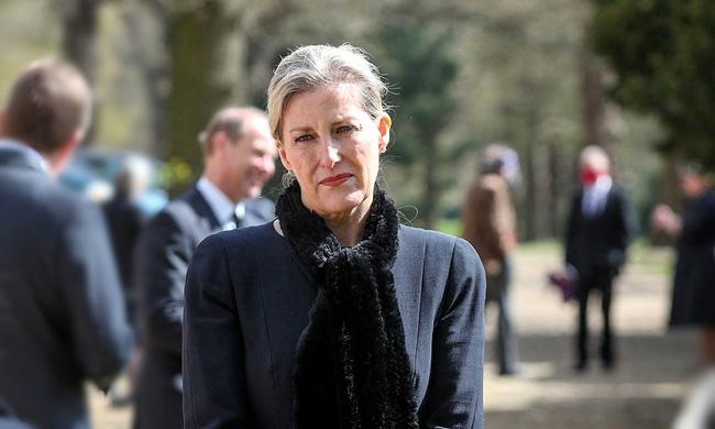 """Con dâu xúc động chia sẻ về giây phút Hoàng thân Philip trút hơi thở cuối cùng, Nữ hoàng Anh lần đầu thừa nhận nỗi đau mất """"bạn đời 73 năm"""" - ảnh 2"""