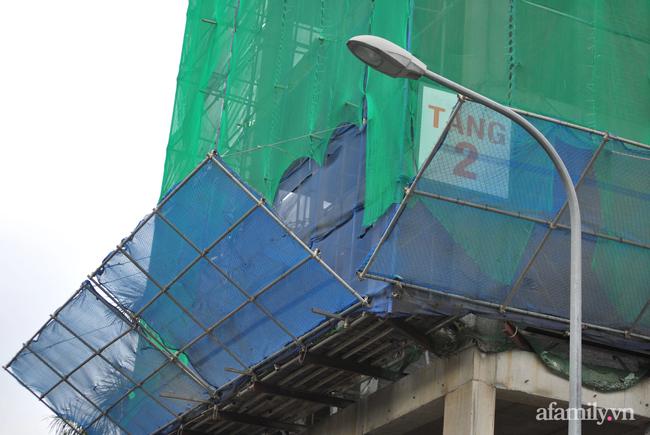 Hà Nội: Cục bê tông rơi từ tòa nhà đang xây dựng phang vỡ bốt bảo vệ khu chung cư bên cạnh, suýt trúng đầu cư dân - ảnh 3