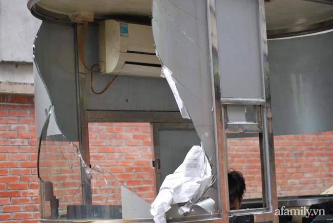 Hà Nội: Cục bê tông rơi từ tòa nhà đang xây dựng phang vỡ bốt bảo vệ khu chung cư bên cạnh, suýt trúng đầu cư dân - ảnh 5