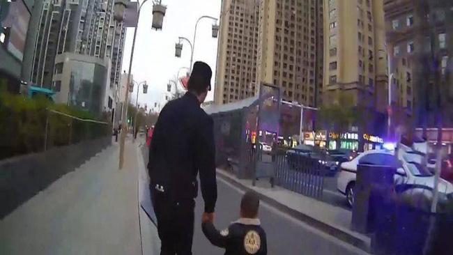 Cậu bé 3 tuổi đi thơ thẩn trên đường, cảnh sát chạy lại hỏi chuyện thì ngỡ ngàng: Lần đầu tiên gặp phải 1 đứa trẻ lạ lùng như thế! - Ảnh 1.