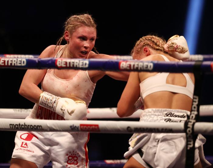 Nữ võ sĩ xinh đẹp bị đánh biến dạng mặt khi tham gia trận tranh đai thế giới - Ảnh 1.