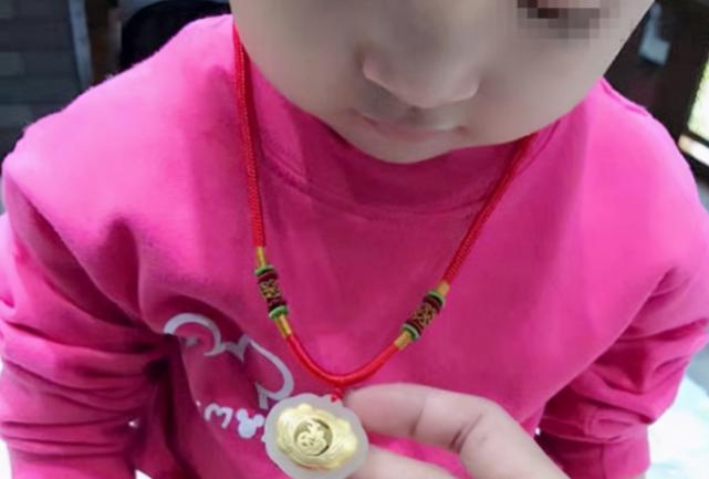 Con gái bị mất dây chuyền vàng giá trị, người mẹ đòi lục soát hết tư trang của cả lớp nhưng cách cô giáo phản ứng khiến người này câm nín - Ảnh 1.