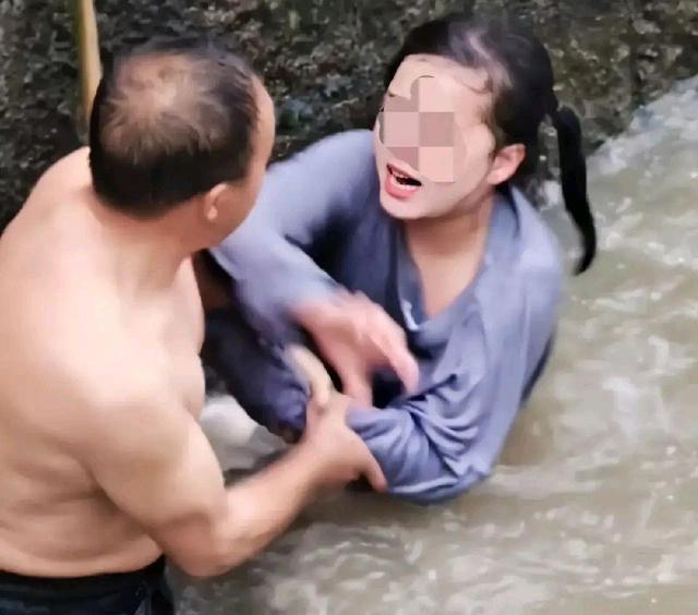 Cô gái nhảy sông tự sát còn hung hăng đánh người cứu mình, phản ứng đi vào lòng người của ông chú khiến dân tình vỗ tay tán thưởng - ảnh 1