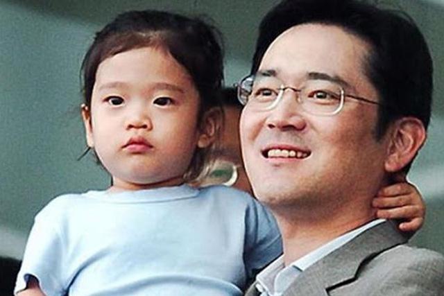Cháu gái gia tộc Samsung lộ diện đã lập tức gây bão MXH với diện mạo thanh thuần nhưng chiếm trọn spotlight lại là bộ quần áo của tiểu thư 17 tuổi - ảnh 1