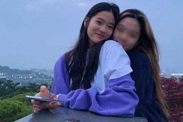 Cháu gái gia tộc Samsung lộ diện đã lập tức gây bão MXH với diện mạo thanh thuần nhưng chiếm trọn spotlight lại là bộ quần áo của tiểu thư 17 tuổi - ảnh 13