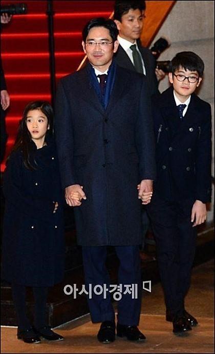 Cháu gái gia tộc Samsung lộ diện đã lập tức gây bão MXH với diện mạo thanh thuần nhưng chiếm trọn spotlight lại là bộ quần áo của tiểu thư 17 tuổi - ảnh 3