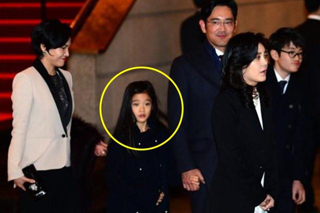 Cháu gái gia tộc Samsung lộ diện đã lập tức gây bão MXH với diện mạo thanh thuần nhưng chiếm trọn spotlight lại là bộ quần áo của tiểu thư 17 tuổi - ảnh 5