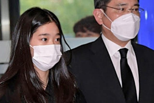 Cháu gái gia tộc Samsung lộ diện đã lập tức gây bão MXH với diện mạo thanh thuần nhưng chiếm trọn spotlight lại là bộ quần áo của tiểu thư 17 tuổi - ảnh 9