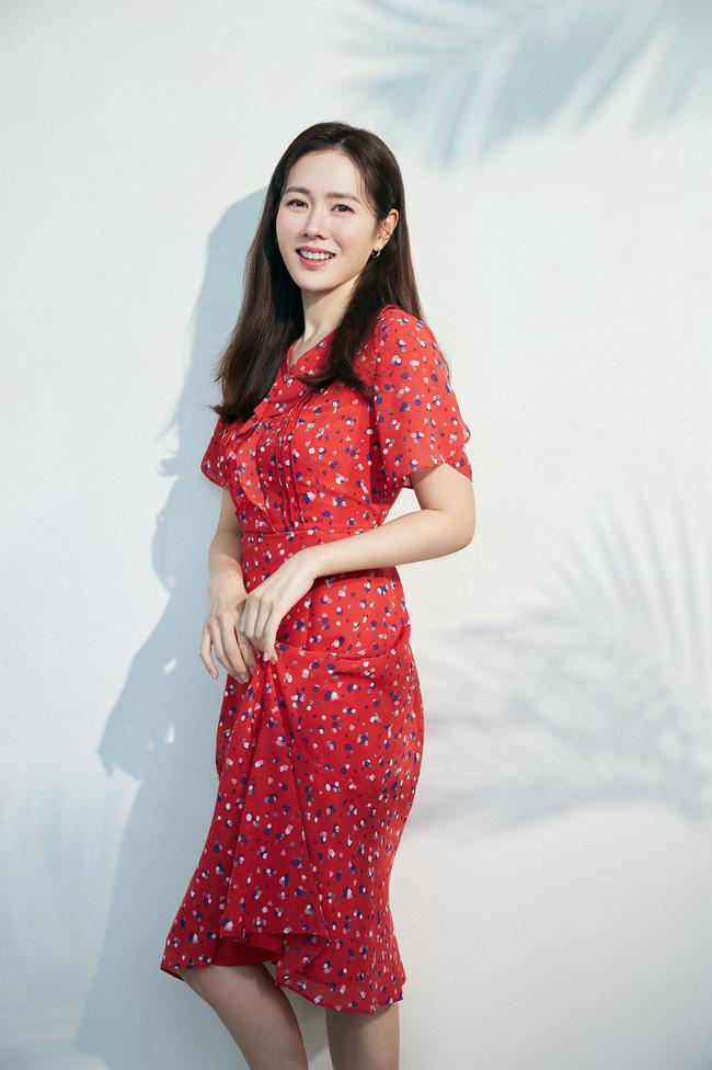 Từ trong phim ra ngoài đời, Son Ye Jin đều tích cực diện một mẫu váy siêu xinh tươi và trẻ trung - ảnh 2
