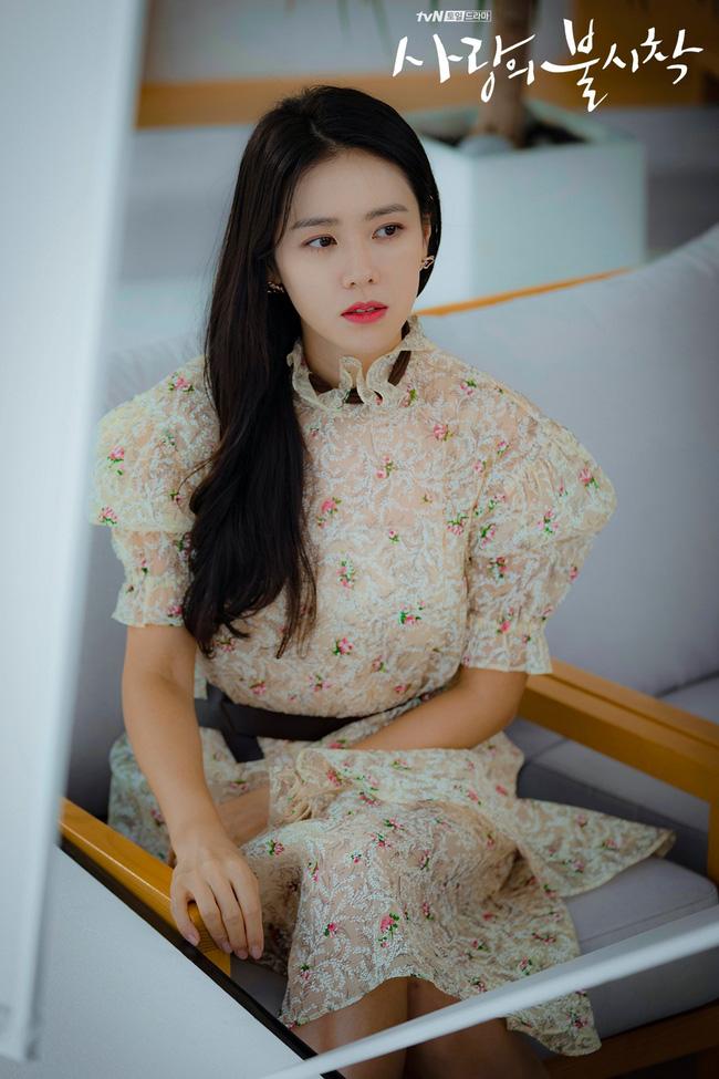 Từ trong phim ra ngoài đời, Son Ye Jin đều tích cực diện một mẫu váy siêu xinh tươi và trẻ trung - ảnh 9