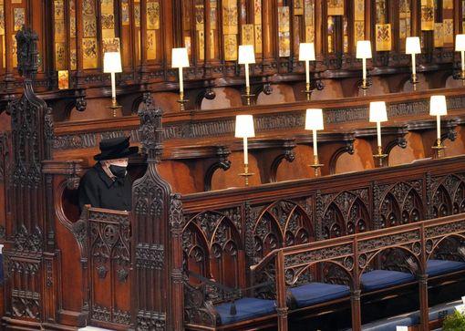 Nghẹn ngào trước hình ảnh Nữ hoàng Anh gạt nước mắt, ngồi cô đơn một mình trong tang lễ tiễn biệt người chồng 73 năm - ảnh 6