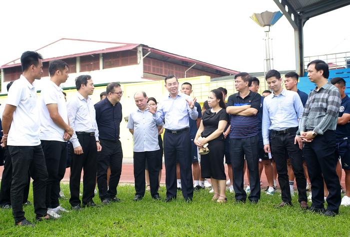 Hoà Bình FC nâng cấp sân hàng tỷ đồng để tham dự giải hạng Nhì 2021 - Ảnh 1.