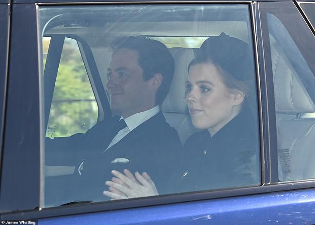 Khoảnh khắc vợ chồng Công chúa Beatrice nở nụ cười khi đến dự đám tang Hoàng tế Philip gây chú ý, hành động sau đó xua đi tất cả ngờ vực - ảnh 1