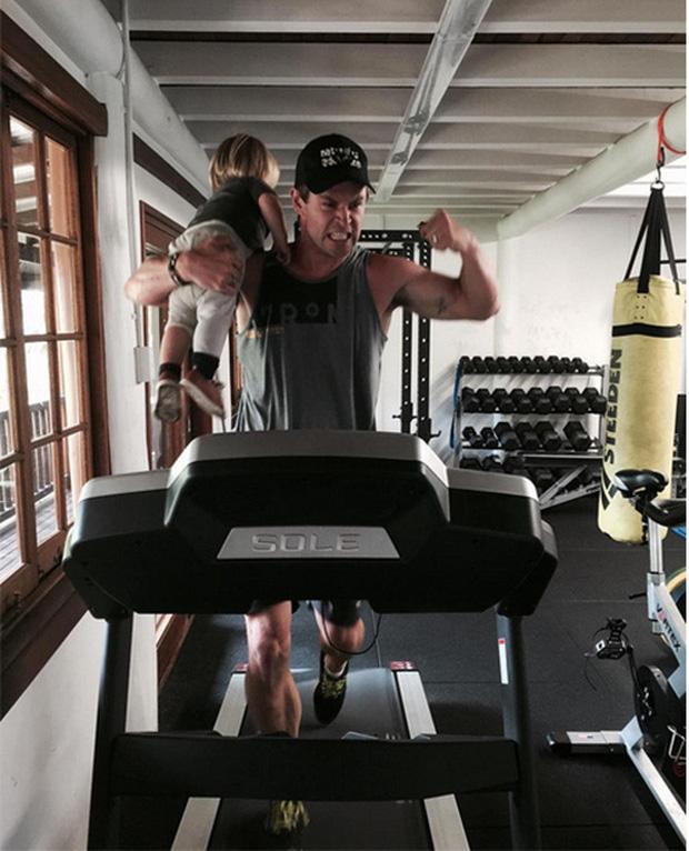 Thái cực đối lập của 2 thánh cơ bắp Hollywood khi chăm con: The Rock hóa bánh bèo, Thor lại cục súc dốc ngược cả con - ảnh 9