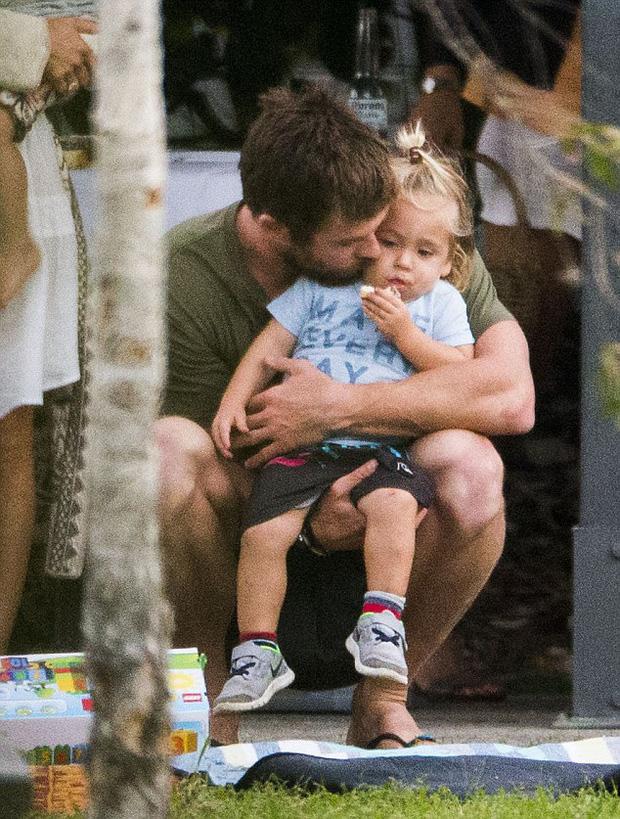 Thái cực đối lập của 2 thánh cơ bắp Hollywood khi chăm con: The Rock hóa bánh bèo, Thor lại cục súc dốc ngược cả con - ảnh 13