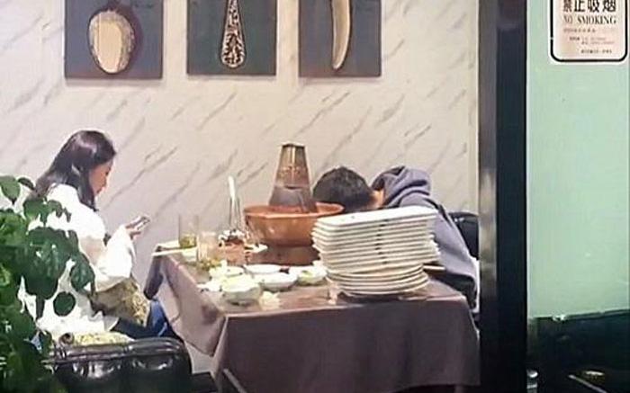 Bị gia đình ép đi xem mắt, đàng trai ăn liền 30 đĩa thịt còn bắt đàng gái thanh toán khiến cô câm nín