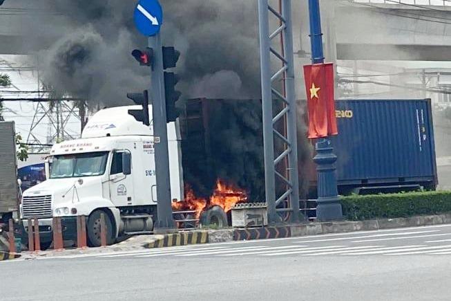 TP.HCM: Xe container cháy kinh hoàng, Xa lộ Hà Nội ùn tắc hơn 3km - Ảnh 1.