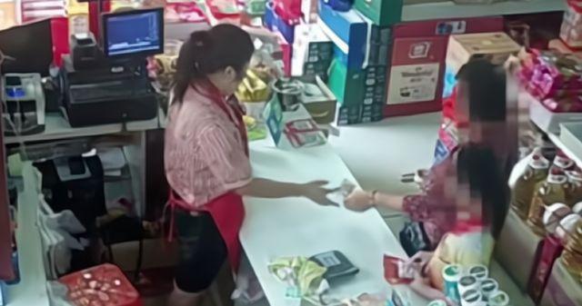 Bé trai bị bắt quả tang ăn trộm trong siêu thị, bảo vệ chạy lại khám xét, món đồ được lôi ra khiến người xung quanh nín lặng - Ảnh 1.