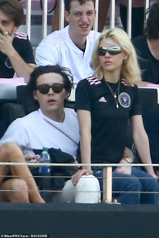 Nhà Beckham và thông gia tỷ phú hẹn hò: Brooklyn để bàn tay hư ôm hôn thê, át cả mẹ con Harper - Victoria và bố mẹ vợ - ảnh 4