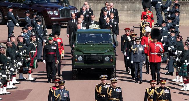 Nhìn lại những khoảnh khắc không thể nào quên trong đám tang Hoàng tế Philip, một trong những ngày buồn nhất của Nữ hoàng Anh - ảnh 13