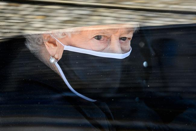 Nhìn lại những khoảnh khắc không thể nào quên trong đám tang Hoàng tế Philip, một trong những ngày buồn nhất của Nữ hoàng Anh - ảnh 17
