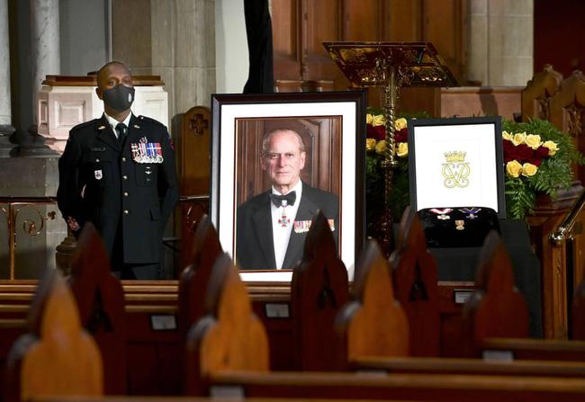 Nhìn lại những khoảnh khắc không thể nào quên trong đám tang Hoàng tế Philip, một trong những ngày buồn nhất của Nữ hoàng Anh - ảnh 3