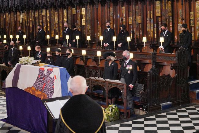 Nhìn lại những khoảnh khắc không thể nào quên trong đám tang Hoàng tế Philip, một trong những ngày buồn nhất của Nữ hoàng Anh - ảnh 23