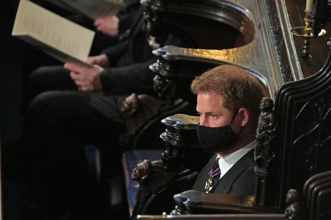 Nhìn lại những khoảnh khắc không thể nào quên trong đám tang Hoàng tế Philip, một trong những ngày buồn nhất của Nữ hoàng Anh - ảnh 24
