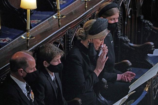 Nhìn lại những khoảnh khắc không thể nào quên trong đám tang Hoàng tế Philip, một trong những ngày buồn nhất của Nữ hoàng Anh - ảnh 26
