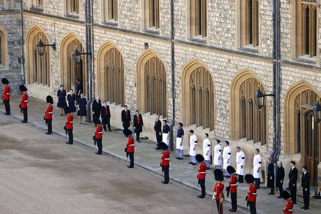 Nhìn lại những khoảnh khắc không thể nào quên trong đám tang Hoàng tế Philip, một trong những ngày buồn nhất của Nữ hoàng Anh - ảnh 27