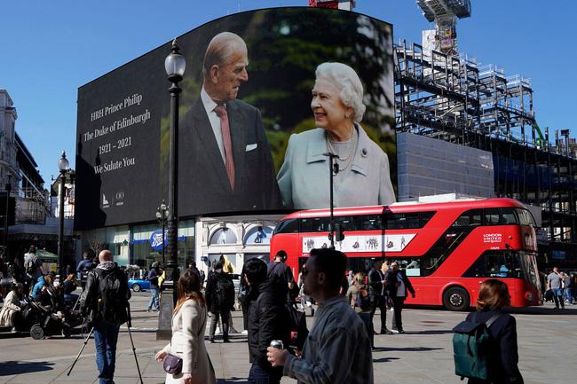 Nhìn lại những khoảnh khắc không thể nào quên trong đám tang Hoàng tế Philip, một trong những ngày buồn nhất của Nữ hoàng Anh - ảnh 5
