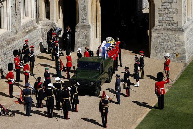 Nhìn lại những khoảnh khắc không thể nào quên trong đám tang Hoàng tế Philip, một trong những ngày buồn nhất của Nữ hoàng Anh - ảnh 8