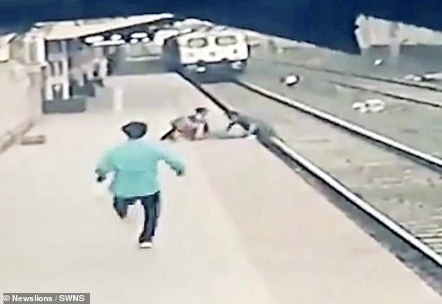 Khoảnh khắc kỳ diệu: Bé trai ngã xuống đường ray ngay lúc đoàn tàu đang lao đến, thoát chết ngoạn mục nhờ phép màu trong 3 giây - ảnh 1