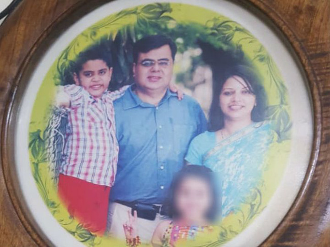 Đằng sau bức ảnh gia đình hạnh phúc là thảm kịch gây ra bởi cô con gái nhỏ, những gì được tìm thấy trong phòng hung thủ càng đáng sợ hơn - ảnh 1