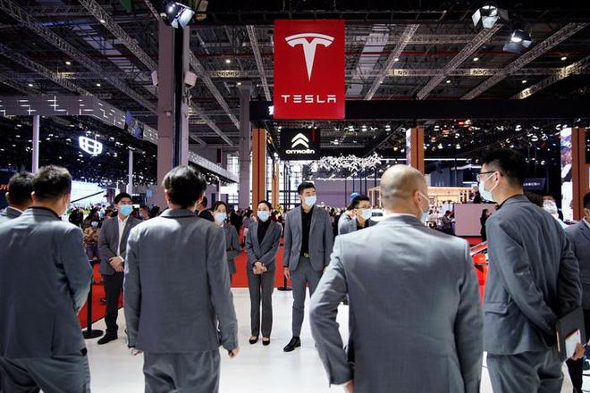 Người dùng Tesla nhảy lên nóc xe làm loạn tại triển lãm ô tô Thượng Hải - ảnh 1