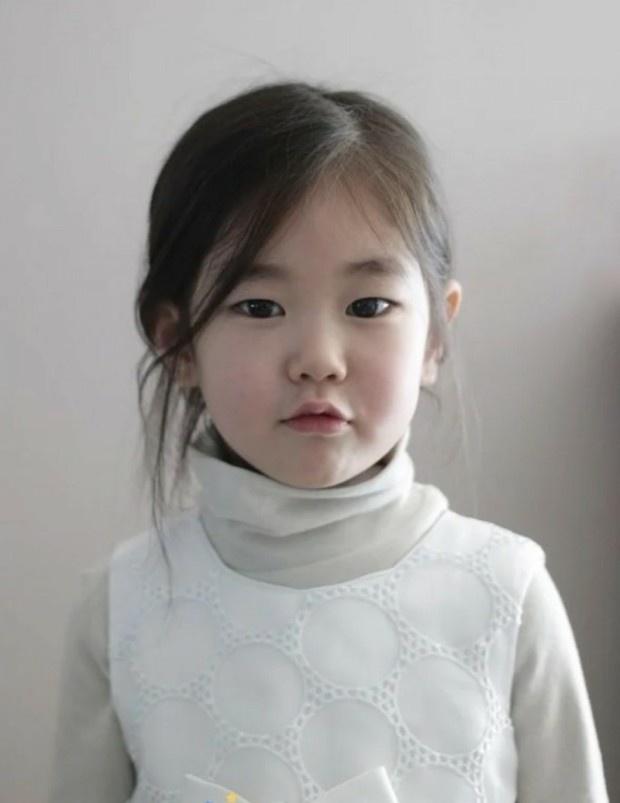 Nhan sắc sao nhí đang hot vì vừa gia nhập YG: Xinh như búp bê, chiếm spotlight khi đứng bên Park Min Young - Ha Ji Won - ảnh 1
