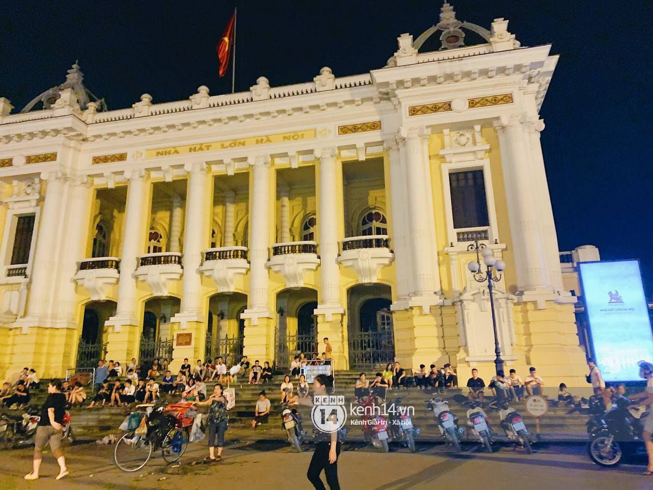 Trót dại xuống phố tối ngày giỗ Tổ, giới trẻ Hà Nội chịu cảnh kẹt cứng khắp mọi nẻo đường, đông không kém gì Sài Gòn - Ảnh 7.