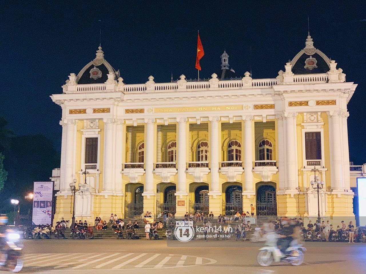 Trót dại xuống phố tối ngày giỗ Tổ, giới trẻ Hà Nội chịu cảnh kẹt cứng khắp mọi nẻo đường, đông không kém gì Sài Gòn - Ảnh 6.