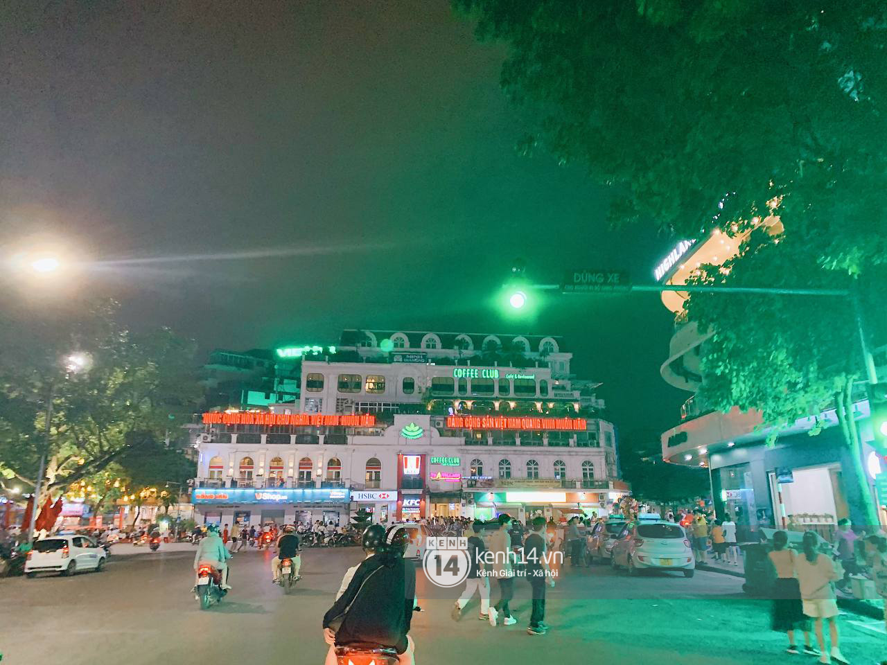 Trót dại xuống phố tối ngày giỗ Tổ, giới trẻ Hà Nội chịu cảnh kẹt cứng khắp mọi nẻo đường, đông không kém gì Sài Gòn - Ảnh 11.