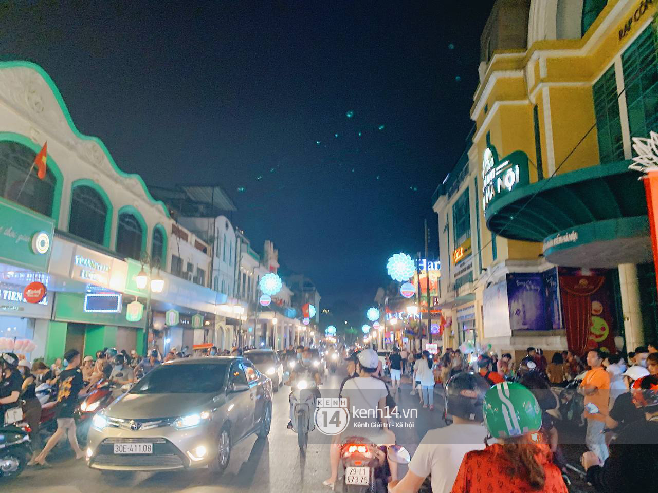 Trót dại xuống phố tối ngày giỗ Tổ, giới trẻ Hà Nội chịu cảnh kẹt cứng khắp mọi nẻo đường, đông không kém gì Sài Gòn - Ảnh 14.