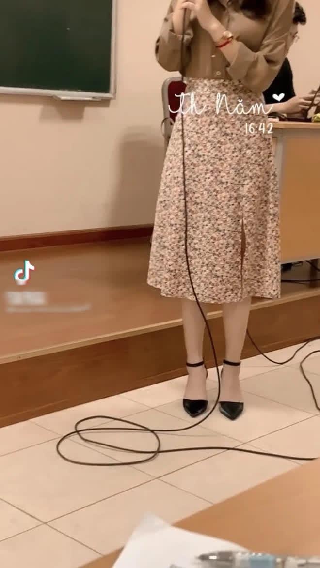 Nữ sinh bị ném đá vì mặc quần siêu ngắn - siêu mỏng đến trường, nhìn xuống đôi dép càng tức hơn - ảnh 4