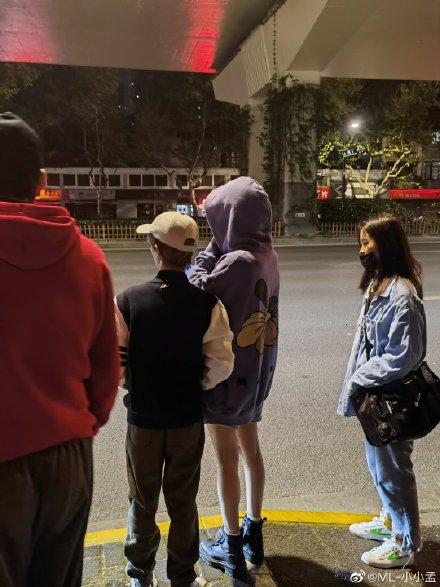 Đôi chân của Dương Mịch nhỏ tới mức nào? Xem ảnh của team qua đường mới biết được sự thật đáng ghen tị - ảnh 3
