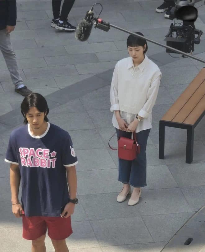 Lộ hình ảnh Kim Go Eun để mái ngố quê một cục, bám đuôi soái ca đầu bết tông lào ở phim mới - ảnh 4