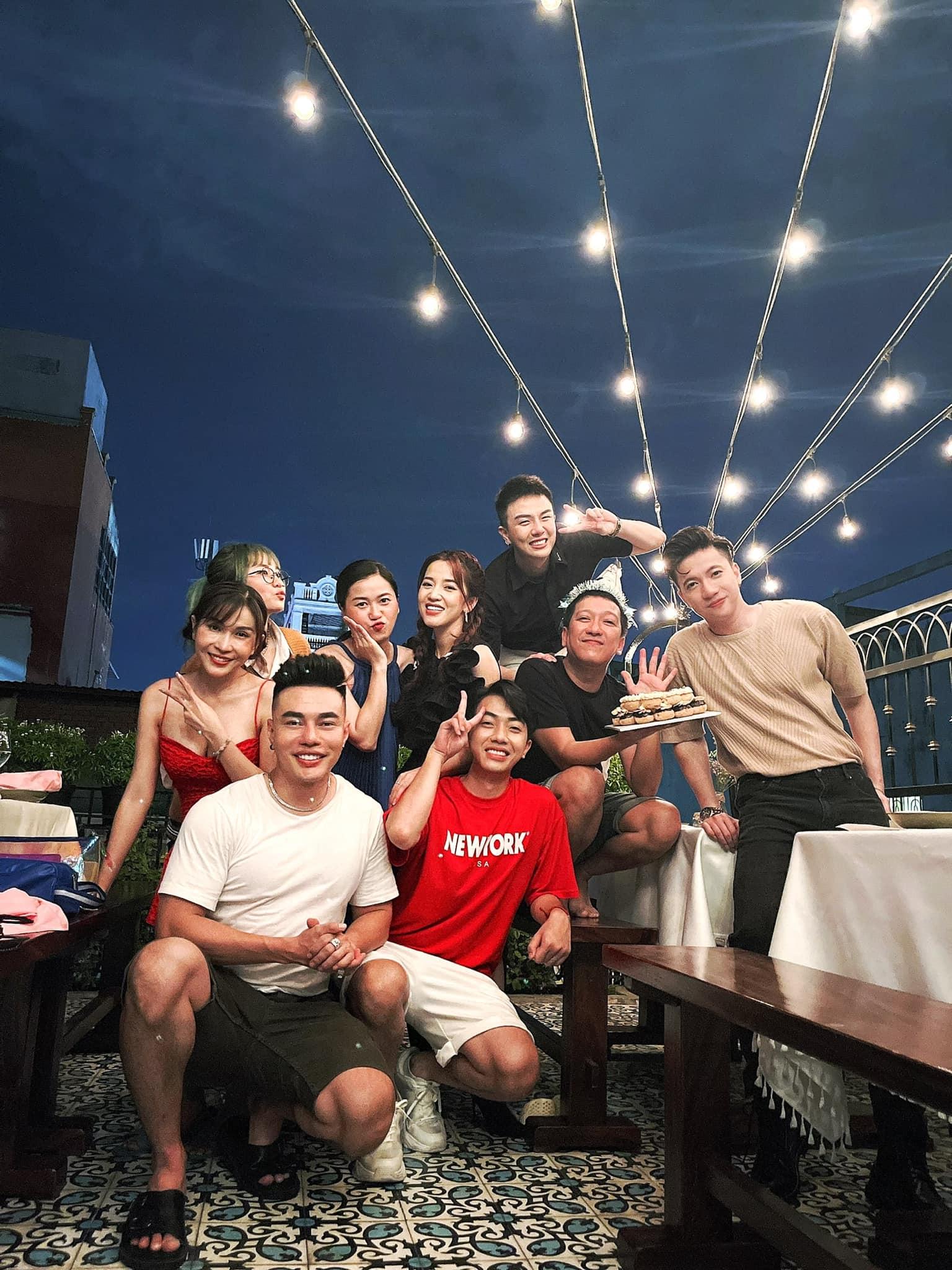 Trường Giang một mình đón sinh nhật cùng bạn bè, Nhã Phương và con gái không xuất hiện trong phim truyền hình?  - Ảnh 2.